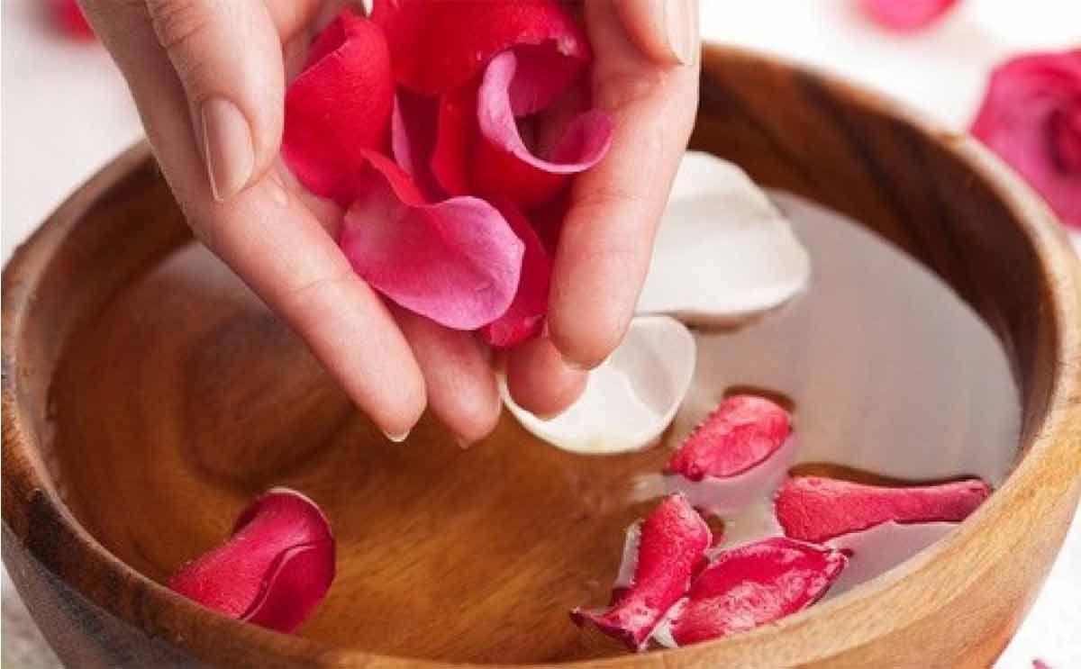 صورة ماء الورد للمنطقة الحساسة , فوائد ماء الورد للمناطق الحساسة