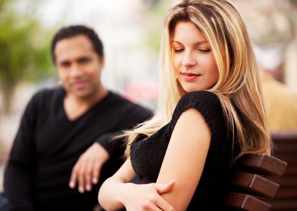 صورة هل يحب الرجل المراة التي تطنشه , هل يتعلق الرجل بمن تتجاهله