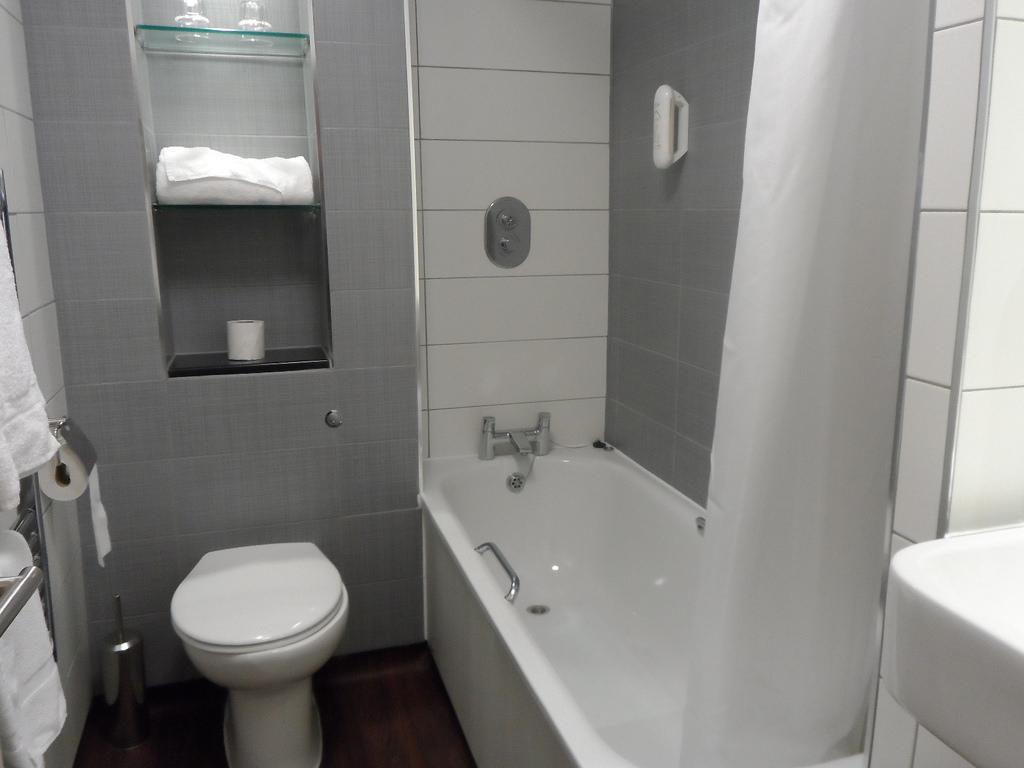 صورة الوان حمامات صغيرة , حمامات بمساحات ضيقة والوان مختلفة